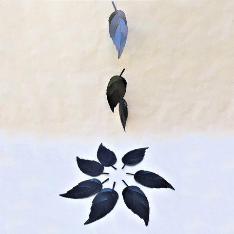 Plastikāta melnas liepu lapas